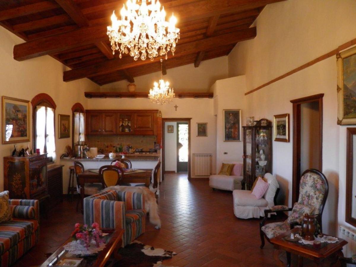 Amazing pregiato casale in stile toscano casali toscani for Arredamento toscano